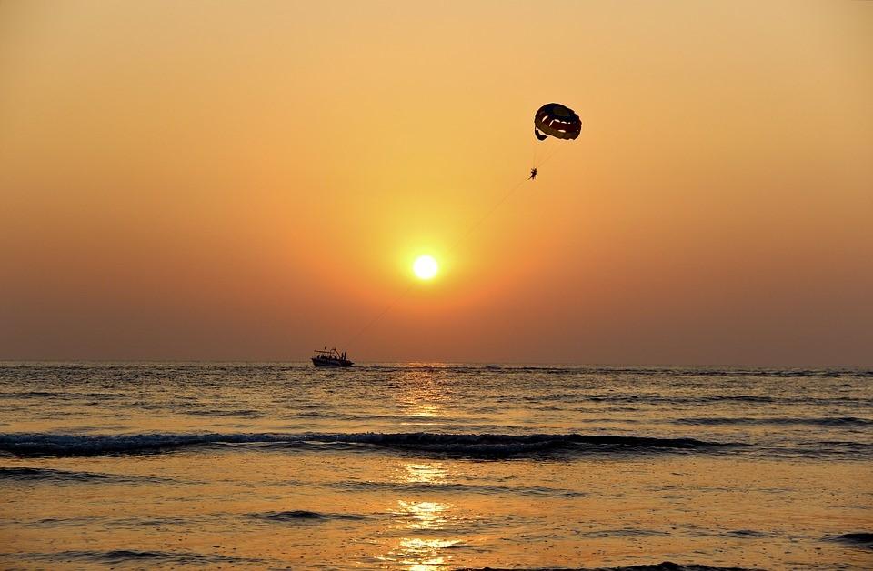parasailen zonsondergang